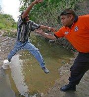 Angeles Guardianes Frontera de anaranjado, ayudando a un ilegal