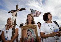 Con una imagen de la Virgen de Guadalupe encabezan las protestas