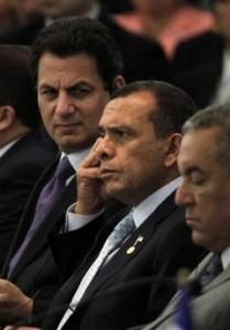 El presidente acompañado del Canciller Mario Canahuati