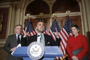 El representante Luis Gutiérrez, centro, flaqueado por el líder de mayoría en el Senado Whip Richard Durbin, izquierda, y por la secretaria de Seguridad Nacional Janet Napolitano.