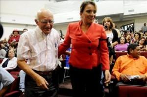 Xiomara Zelaya, esposa del ex presidente derrocado estuvo en el acto, la acompaña el Padre Fausto Milla