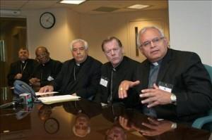 El Comité de Obispos sobre Migración, arzobispo John Wester (2-d) de Salt Lake City (EE.UU.) y el obispo Álvaro Ramazzini Imeri (1-d) de San Marcos (Guatemala).