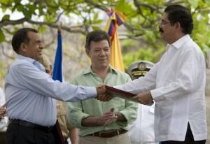 Porfirio Lobo (I) como testigo Juan Manuel Santos y Manuel Zelaya (D)