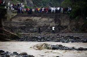Curiosos observan la destrucción de un puente en Comayaguela.